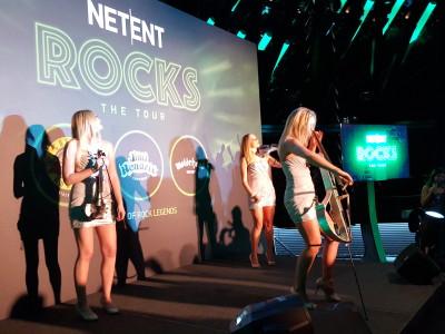 Three ladies playing a violin at Netent Rocks Tour