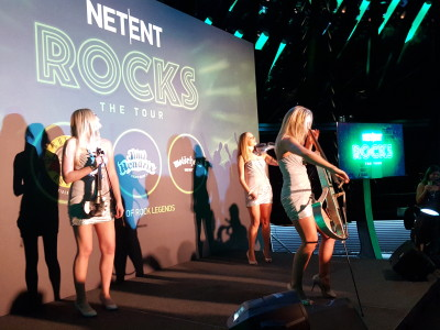 Three ladies playing a violin at Netent Rocks Tour